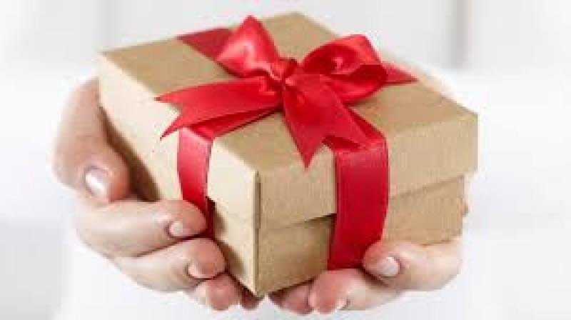 Vrei să oferi cadouri salariatelor de 8 martie? Iată cum se impozitează acestea
