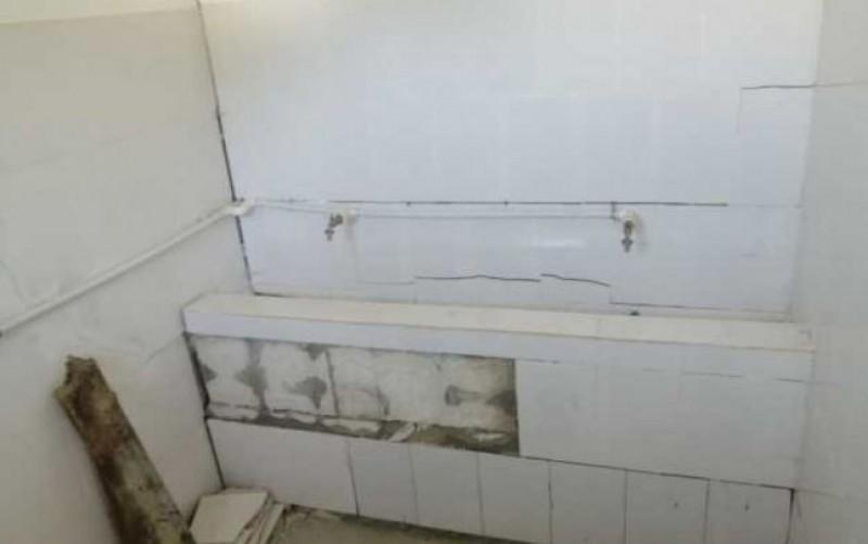 WC-urile unei școli din județul Botoșani, care au costat 186.000 de lei, se prăbuşesc