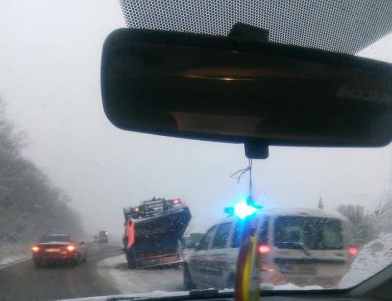 Zăpada le dă de furcă șoferilor: Autoutilitară cu roțile în sus!