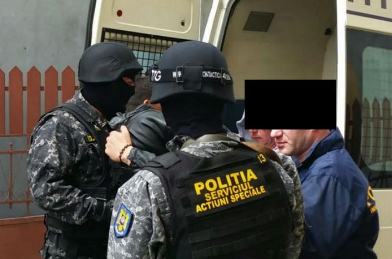 Zece persoane reţinute, în urma unor percheziții în Botoșani și alte patru județe, într-un dosar de furt de componente auto