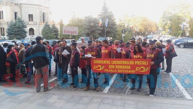 Zeci de angajați ai Poștei Botoșani au protestat în fața Prefecturii-FOTO