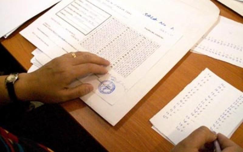 Zeci de candidați au părăsit sala de examen la titularizare