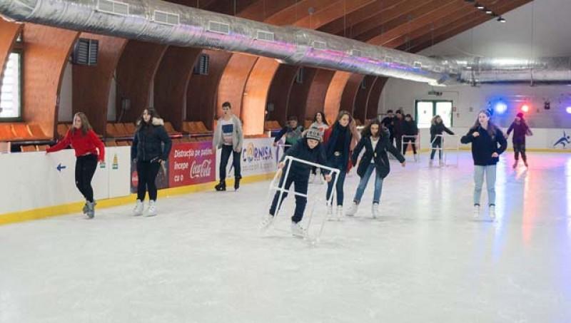 Zeci de copii au fost gratis la patinaj și bălăceală la finele acestei săptămâni la Cornișa