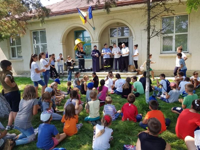 Zeci de copii au învăţat tehnici de prim ajutor într-o tabără organizată de Parohia Orăşeni Vale
