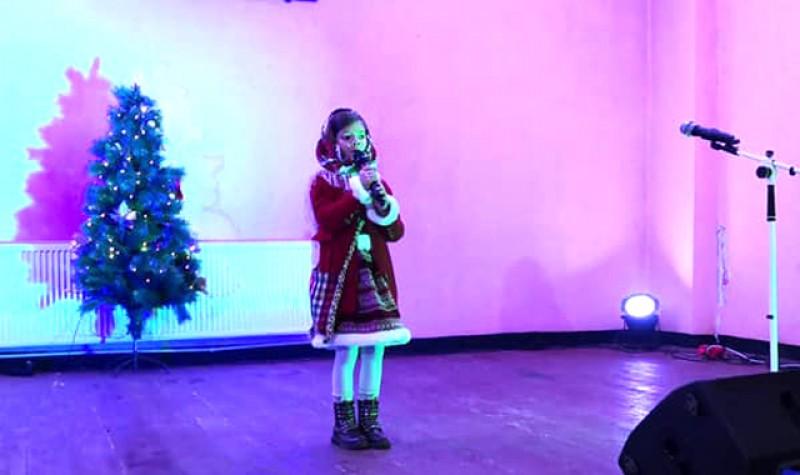 Zeci de copii de la școlile din comuna Dângeni s-au întrecut la un festival – concurs de colinde.