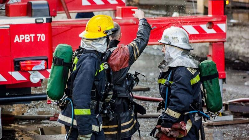 Zeci de misiuni îndeplinite de pompieri, în Ajun. Două case au fost cuprinse de flăcări