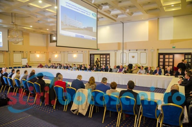 Zeci de oameni de afaceri prezenţi la întâlnirea organizată de Camera de Comerţ, Industrie şi Agricultură Botoşani-FOTO