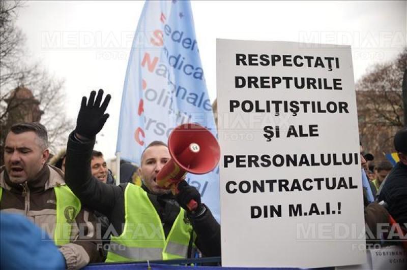 Zeci de politisti protesteaza in fata Ministerului de Interne