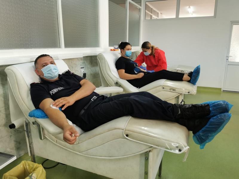 Zeci de pompieri au donat sânge, în contextul unei crize în Centrul de Transfuzii